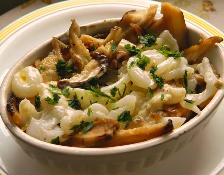 Tallarines de sepia con shiitake y parmesano